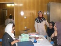 خانم خواجوی خدمات فنی کتابخانه را به داوطلبان کتابداری آموزش می دهد