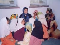 خانم منجزی برای بچه ها کتاب می خواند