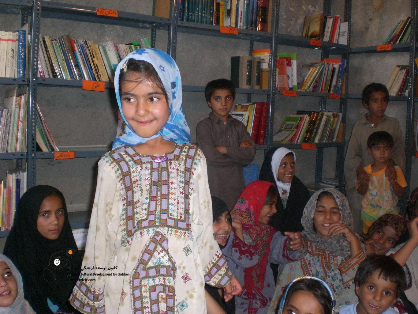 بچه ها لباس های محلی خود را به ما نشان می دهند