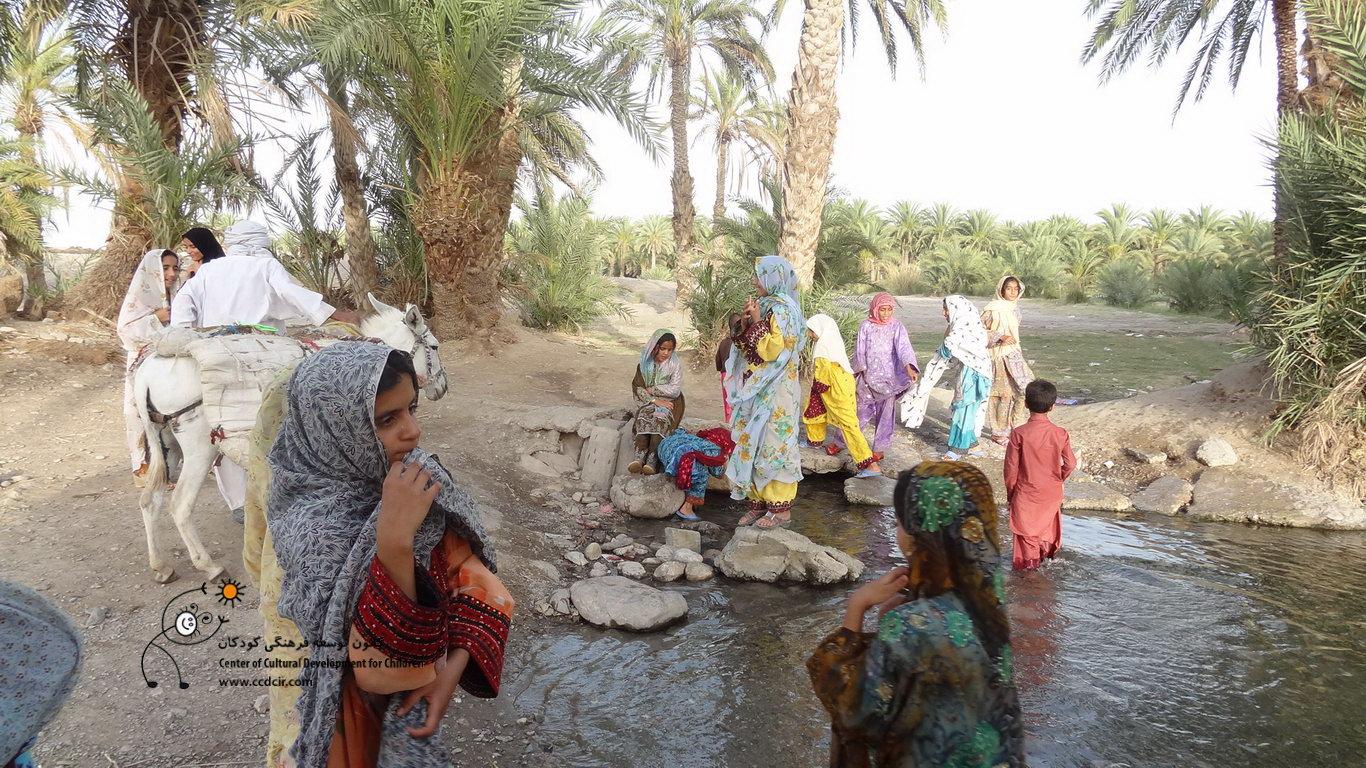 """کودکان روستا در کنار رودخانه ای که به روستا نام """"آبادان"""" داده است"""