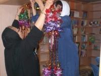 خانم سامی نیا و خانم مدرسی در حال تزئین کتابخانه برای افتتاح
